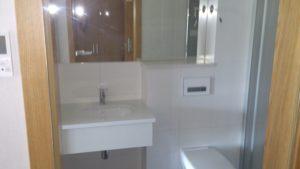 blat łazienkowy z konglomeratu kwarcowego Brilliant White